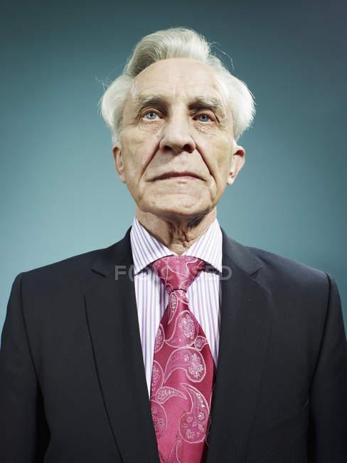 Portrait de l'élégant homme senior vêtu d'un costume et une cravate rose — Photo de stock