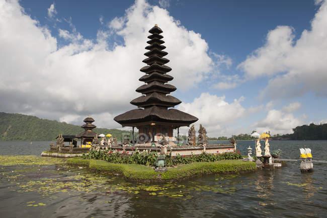 Panoramablick über orientalische Tempelturm am See Insel — Stockfoto