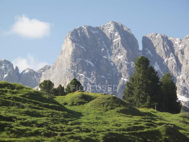 Aussichtsreiche Aussicht auf grüne Hügel über neblige Berggipfel — Stockfoto