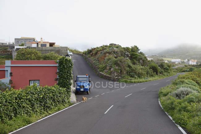 Cruzamento rua num bairro residencial em dia ensolarado — Fotografia de Stock