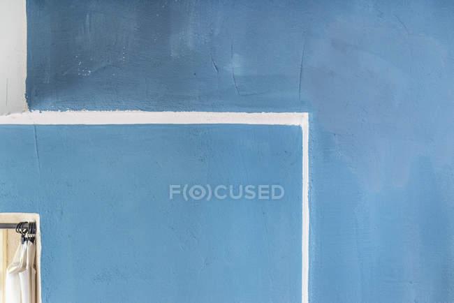 Vista exterior del detalle arquitectónico de la pared de fachada azul - foto de stock