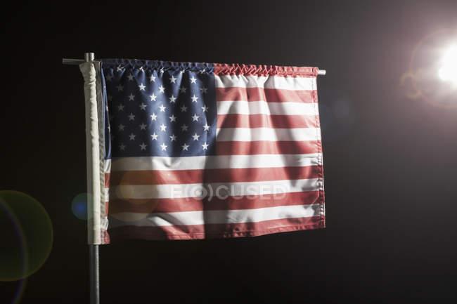 Американський прапор на розташованих на чорному фоні — стокове фото