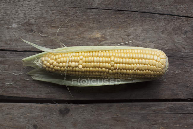 Flat view of corn cob on wooden table — Stock Photo