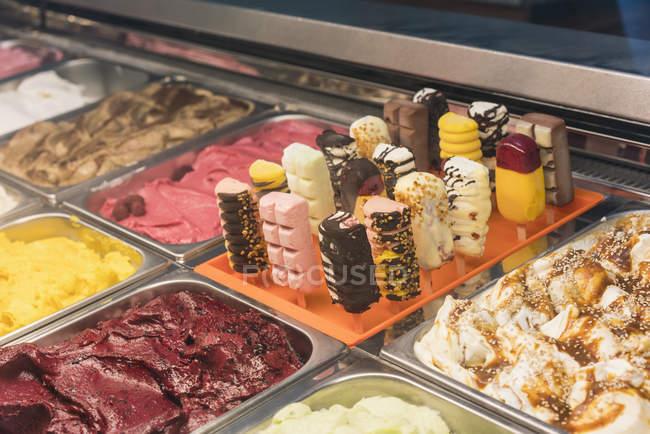 Крупным планом зрения различных мороженое в контейнерах на дисплей магазина — стоковое фото