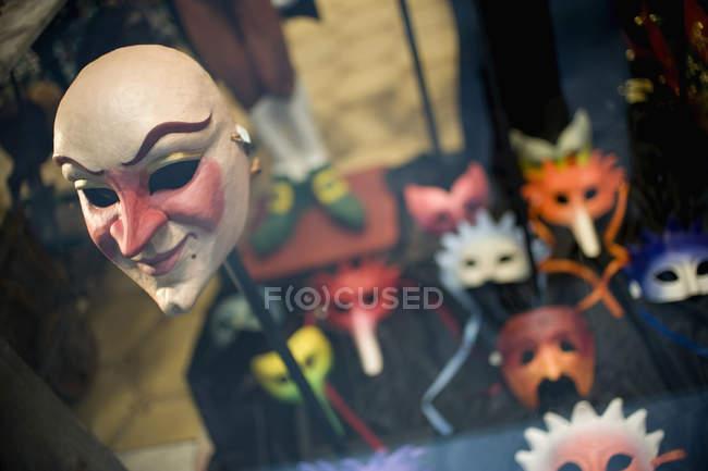 Verschiedene Maskenmasken im Schaufenster — Stockfoto