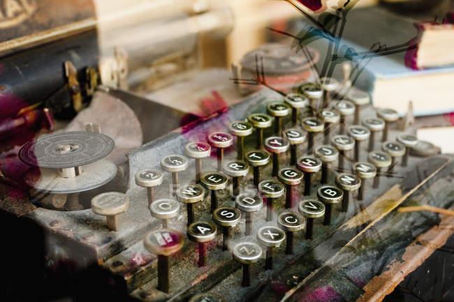 Винтажная пишущая машинка просматривается через витрину магазина — стоковое фото