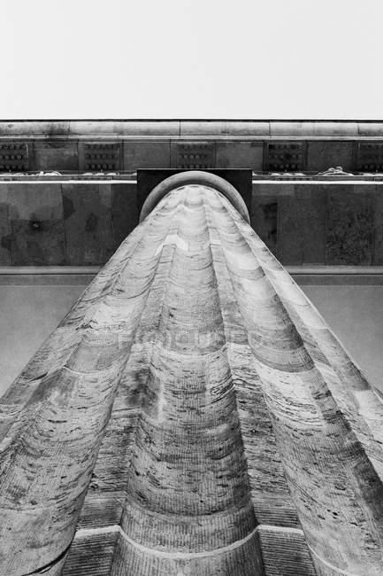 Vista de baixo ângulo da coluna arquitetônica e borda do telhado — Fotografia de Stock