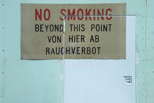Não fumar sinal em alemão e inglês na porta — Fotografia de Stock