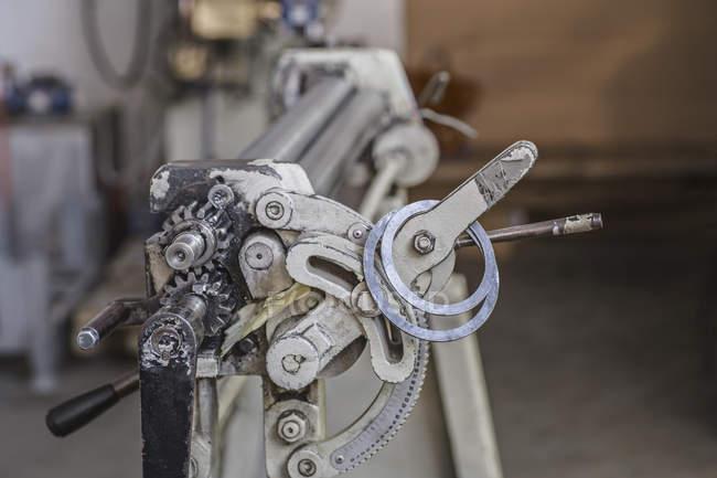 Vista de cerca de la parte de la máquina en el trastero - foto de stock