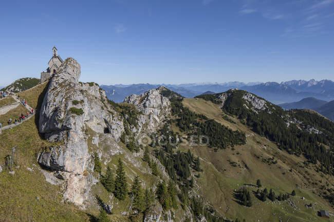 Vue aérienne de la crête de la montagne contre paysage brumeux — Photo de stock