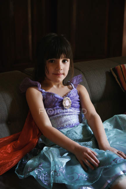 Дівчина носить костюм принцеси і посміхаючись Шиллі — стокове фото