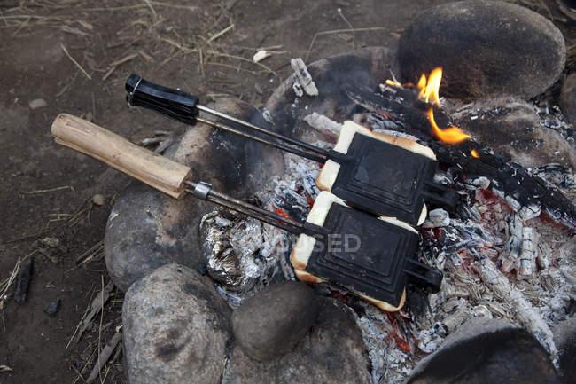Zwei Toast-Maker am Lagerfeuer im freien — Stockfoto