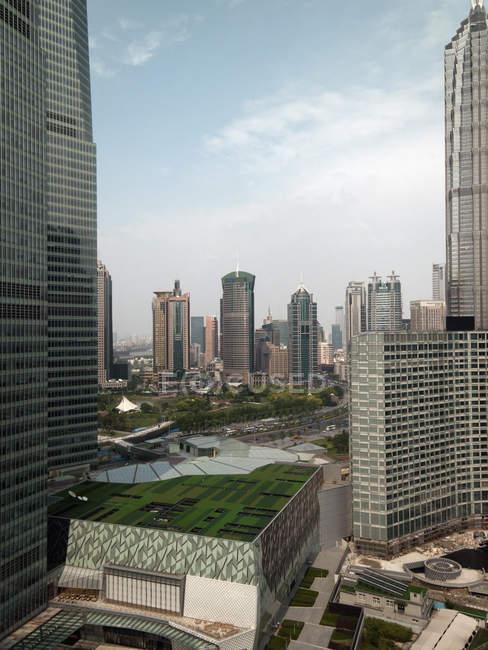 Um jardim no centro da cidade com arranha-céus — Fotografia de Stock