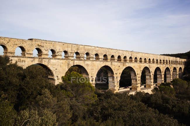 Vue du Pont du Gard contre le ciel — Photo de stock