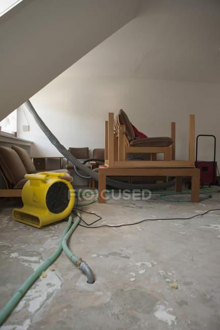 Мебель и трубы в доме на ремонте — стоковое фото