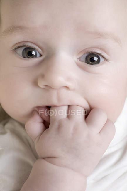 Un bambino che gli succhia le dita — Foto stock