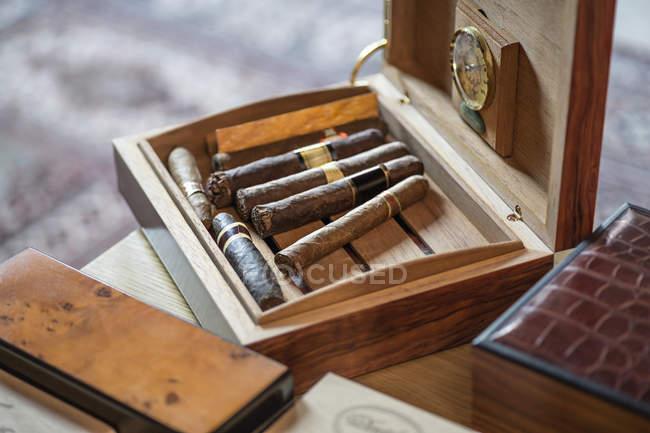 Zigarren in Holzkiste auf Tisch — Stockfoto
