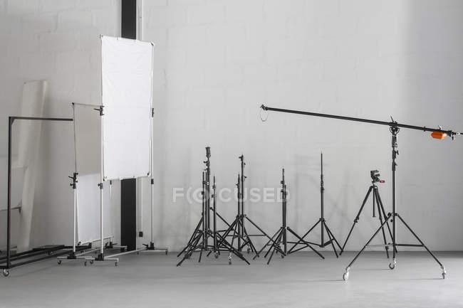 Fotoausrüstung platziert im Fotostudio — Stockfoto