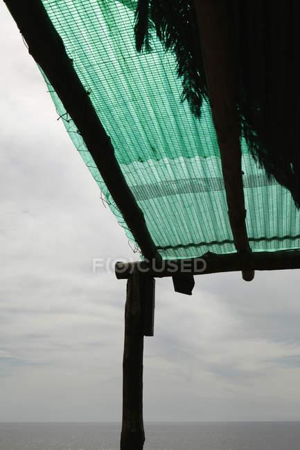 Canopy da cabana da praia da colheita sobre céu nublado — Fotografia de Stock