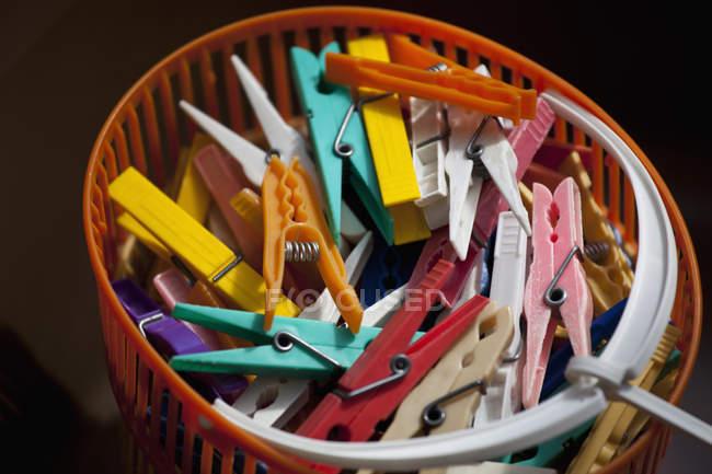 Крупним планом подання одяг кілочки в кошик — стокове фото