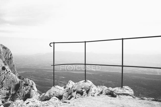 Garde-corps métallique avec paysage en arrière-plan — Photo de stock