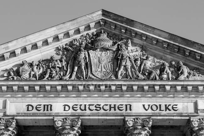 Vista dal basso del Parlamento costruzione facciata bassorilievo contro il cielo — Foto stock