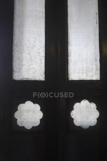 Marco completo de la puerta con ventanas - foto de stock