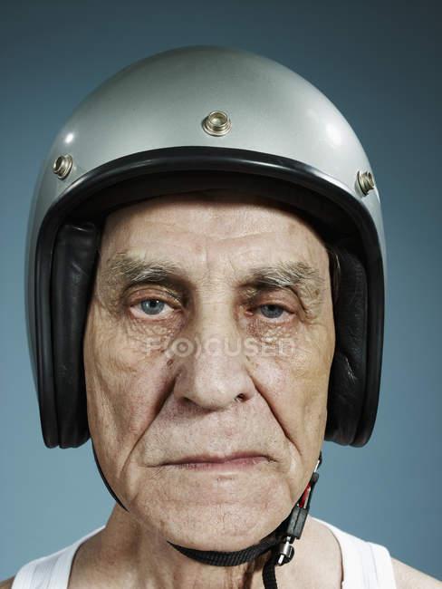 Портрет хмурящегося пожилого человека в шлеме — стоковое фото