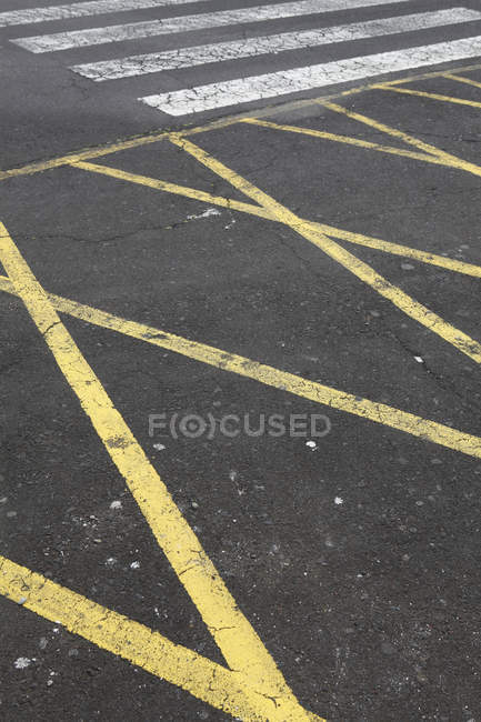 Détail des lignes peintes sur l'asphalte — Photo de stock