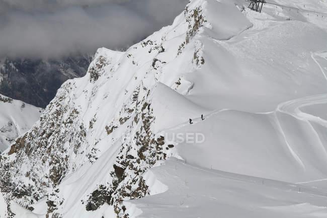 Vista aérea del terreno de montaña nevado y excursionistas - foto de stock