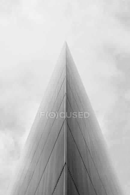 Vista inferior do edifício de vidro moderno exterior contra o céu — Fotografia de Stock