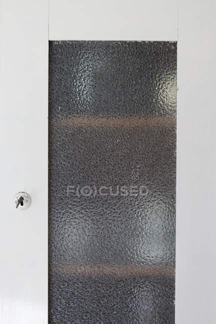 Закрытая дверь шкафа с матовым стеклом — стоковое фото
