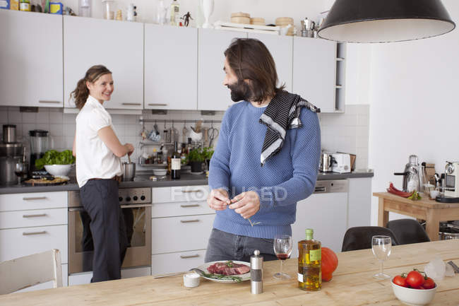 Щаслива пара приготування їжі на кухні в домашніх умовах — стокове фото