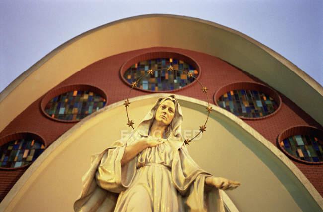 Vue de dessous de façade avec statue de la Vierge Marie — Photo de stock