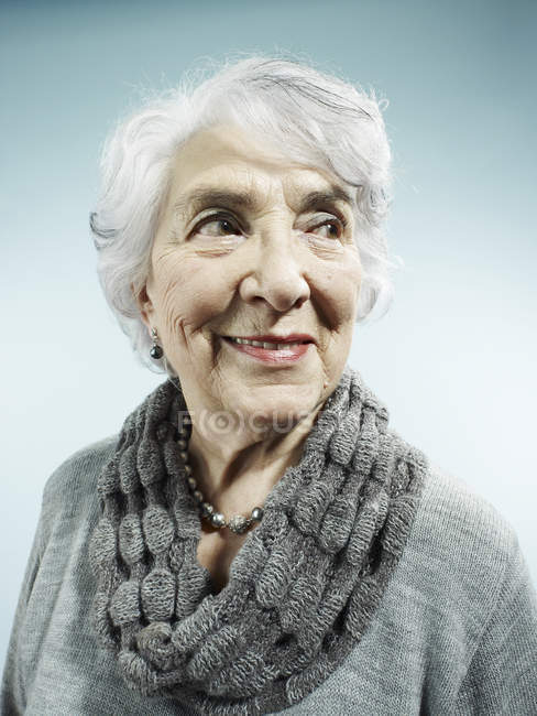 Porträt einer eleganten Seniorin, die lächelt und wegschaut — Stockfoto