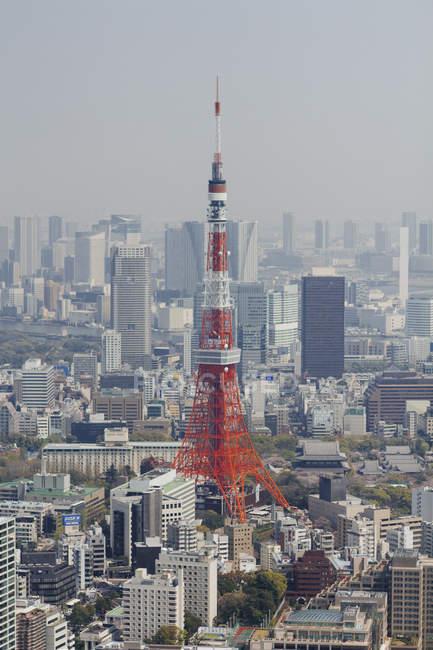 Vue aérienne de la tour de Tokyo au milieu du paysage urbain — Photo de stock
