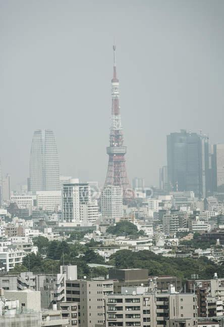 Vue éloignée de Tokyo Tower et paysage urbain contre clear sky — Photo de stock