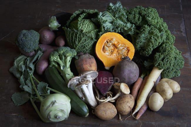 Stillleben mit frischem Gemüse auf Tisch — Stockfoto