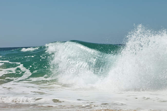 Scenic shot of crashing ocean waves against sky — Stock Photo