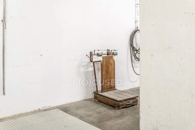 Old-fashioned weight scale against white wall — Stock Photo