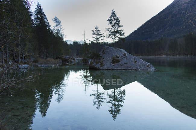 Рок на озері Hintersee проти неба — стокове фото