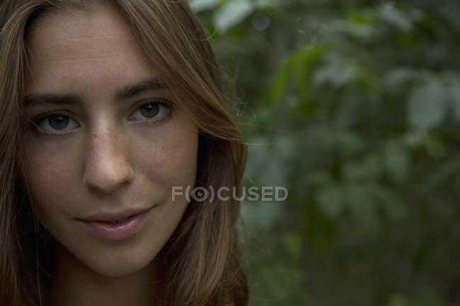 Портрет молодой женщины с карими глазами — стоковое фото