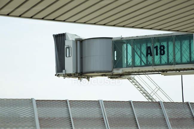 Pont d'embarquement des passagers contre ciel clair — Photo de stock
