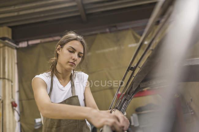 Mechaniker Auto in der Garage zu reparieren — Stockfoto