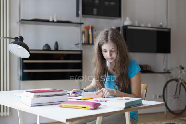 Focused girl studying at desk at home — Stock Photo