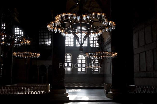Люстры, висящие в тени интерьера Голубой мечети, Стамбул, Турция — стоковое фото
