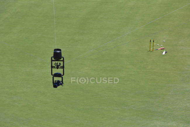 Людина-павук камера рухається на кабелі над полем крикет — стокове фото