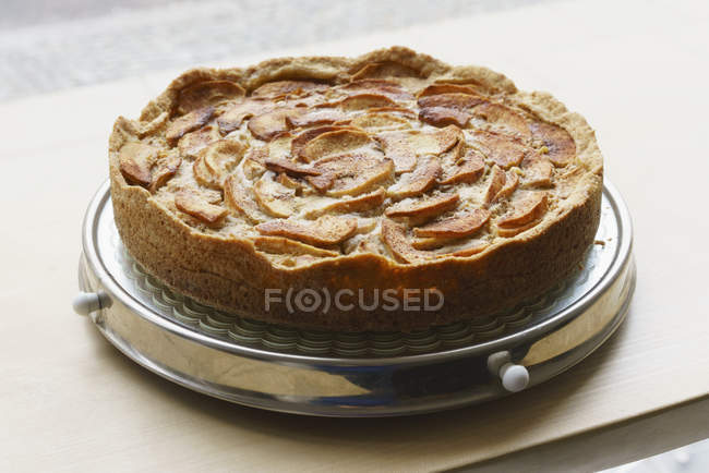 Close up view of sweet apple pie served on tray at cafe table — Stock Photo