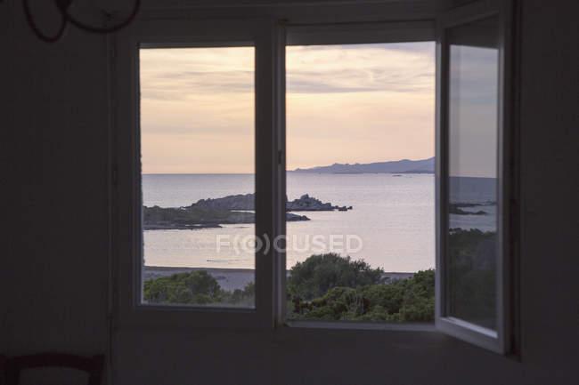 Vista panoramica del mare vista dalla finestra aperta — Foto stock