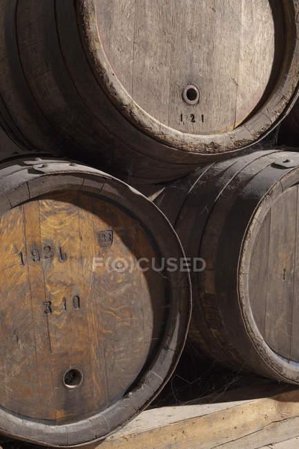 Imagem cortada de barris de vinho empilhados — Fotografia de Stock
